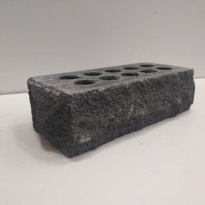 Тычок скала кирпич литос серый